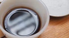 Sojasoße und Salz in der keramischen Schale und in der Platte zum Vorbereiten für Gurren Lizenzfreies Stockfoto