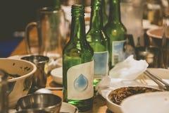 Soju butelki i koreańscy boczni naczynia przy przyjęciem w Korea obraz royalty free