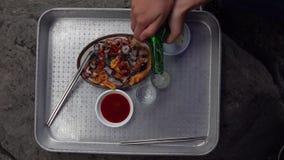 Soju de colada sirvió con los mariscos frescos en Corea del Sur Visión superior almacen de metraje de vídeo