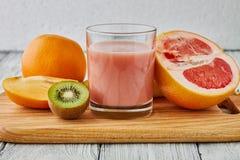 Sok grapefruitowy, pomarańcze i kiwi, Obraz Royalty Free