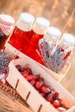 Sok, jagody i lawenda w słomianym koszu, Obraz Royalty Free