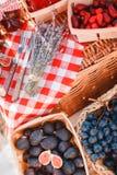 Sok, jagody i lawenda w słomianym koszu, Zdjęcia Stock