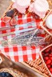 Sok, jagody i lawenda w słomianym koszu, Obrazy Royalty Free