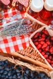 Sok, jagody i lawenda w słomianym koszu, Obrazy Stock