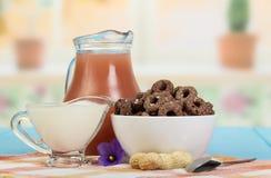 Sok, kukurudza dzwoni z kakao, sezam, kwaśna śmietanka na kuchni obraz royalty free