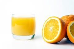 Sok pomarańczowy w jasnej szklanej filiżance z pomarańczami fotografia royalty free