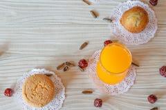 Sok Pomarańczowy babeczki babeczki Słonecznikowego ziarna Bananowy agrest na Białym Drewnianym stole zdjęcia stock