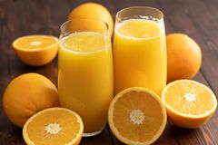 sok pomarańczowy gniosąca świeżo obrazy stock