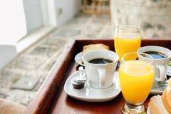 Sok pomarańczowy i kawa, kontynentalny śniadanie na drewnianej tacy Zdjęcia Stock