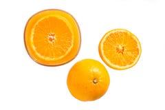 Sok pomarańczowy i plasterki pomarańcze na białym, Odgórnym widoku, obraz stock
