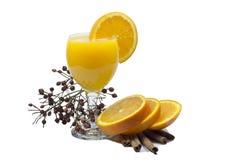 Sok pomarańczowy i plasterki pomarańcze odizolowywający na bielu zdjęcie royalty free