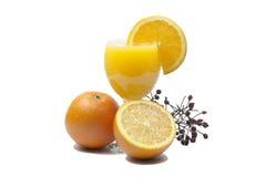 Sok pomarańczowy i plasterki pomarańcze odizolowywający na whit Zdjęcia Royalty Free