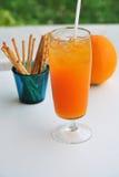 Sok pomarańczowy i pomarańcze Obrazy Royalty Free