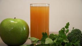 Sok pomarańczowy, jabłko i zieleni warzywa dla zdrowego życia, zbiory wideo