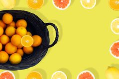 Sok pomarańczowy na Żółtym tle z góry zdjęcie stock