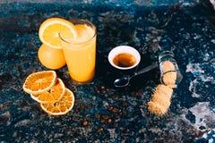 Sok pomarańczowy, pomarańcze i kawa, krótka kawa espresso - prętowy menu Wciąż życie z kawą, sok, lemoniada Obraz Royalty Free