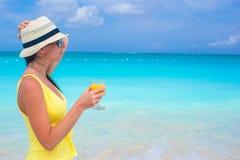 Sok pomarańczowy w żeńskiej ręce na tle Fotografia Royalty Free
