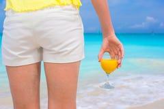 Sok pomarańczowy w żeńskiej ręce na tle Obraz Stock
