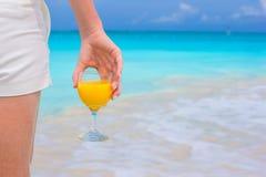 Sok pomarańczowy w żeńskiej ręce na tle Obrazy Royalty Free