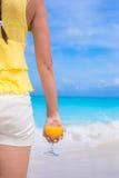 Sok pomarańczowy w żeńskiej ręce na wakacje Obrazy Stock