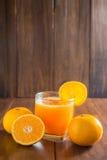 Sok pomarańczowy w szkle, świeże owoc na drewnianym tle obraz royalty free