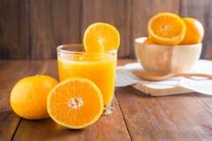 Sok pomarańczowy w szkle, świeże owoc na drewnianym tle zdjęcie stock