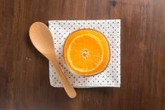 Sok pomarańczowy w szkle, świeże owoc na drewnianym tle, Odgórny widok obraz stock