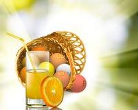 Sok pomarańczowy w szkle na promienia tle zdjęcie royalty free