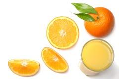 Sok pomarańczowy z pokrojonym pomarańcze i zieleni liściem odizolowywającym na białym tle Odgórny widok z kopii przestrzenią Obraz Royalty Free