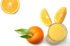 Sok pomarańczowy z pokrojonym pomarańcze i zieleni liściem odizolowywającym na białym tle Odgórny widok z kopii przestrzenią Zdjęcia Stock