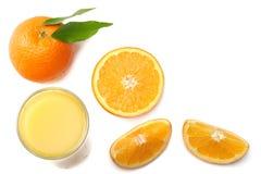 Sok pomarańczowy z pokrojonym pomarańcze i zieleni liściem odizolowywającym na białym tle Odgórny widok z kopii przestrzenią Fotografia Stock