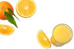 Sok pomarańczowy z pokrojonym pomarańcze i zieleni liściem odizolowywającym na białym tle Odgórny widok z kopii przestrzenią Zdjęcie Stock