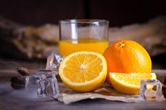 Sok pomarańczowy i plasterki na drewnianym stole Obraz Royalty Free