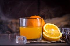 Sok pomarańczowy i plasterki na drewnianym stole Zdjęcie Stock