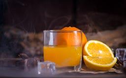 Sok pomarańczowy i plasterki na drewnianym stole Obrazy Royalty Free