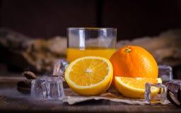 Sok pomarańczowy i plasterki na drewnianym stole Fotografia Royalty Free