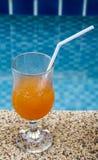 Sok pomarańczowy przy basenem. Obrazy Royalty Free