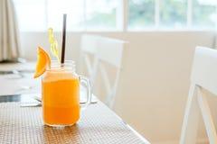 Sok pomarańczowy w rocznika szkle Obrazy Royalty Free