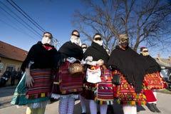 Sokacvrouwen in masker en traditioneel kostuum in Busojaras Stock Afbeeldingen