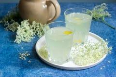 Sokata froid - une boisson roumaine traditionnelle faite à partir des fleurs de l'aîné et du citron, produites par la fermentatio Images stock