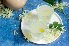 Sokata froid - une boisson roumaine traditionnelle faite à partir des fleurs de l'aîné et du citron, produites par la fermentatio Image stock