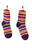 Sokken die op een kabel hangen stock afbeelding
