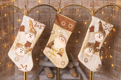Sokken die over de open haard voor giften van Santa Claus hangen Royalty-vrije Stock Foto