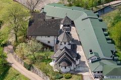 Soko Monastery est? situado debajo de Soko Grad foto de archivo