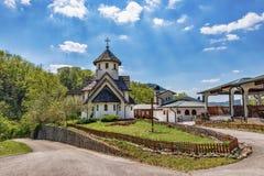 Soko Monastery est? situado debajo de Soko Grad fotografía de archivo