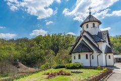 Soko Monastery est? situado debajo de Soko Grad imagenes de archivo