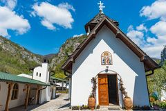 Soko Monastery ? ficado situado abaixo de Soko Grad imagens de stock royalty free