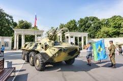 Sokolniki Parkuje, dzień żeglarzi marynarka wojenna z militarnym ziemnowodnego zbiornika exposé dla turystów i mieszkanowie obrazy stock