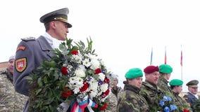 Sokolovo, Charkiw-Region, Ukraine - 9. März 2018: Tschechischer Soldat mit Blumen in seinen Händen Jahrestag des Kampfes stock footage