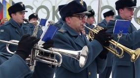 Sokolovo, regione di Harkìv, Ucraina - 9 marzo: Giochi di un brass band dei militari tromba Anniversario della battaglia vicino a stock footage